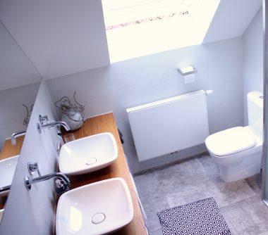 inloopdouche, badkamer, natural, betonlook, hout, stuc, wandkraan, stortdouche