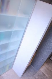 inloopdouche, badkamer, natural, betonlook, hout, stuc, wandkraan, stortdouche, glas, deuren