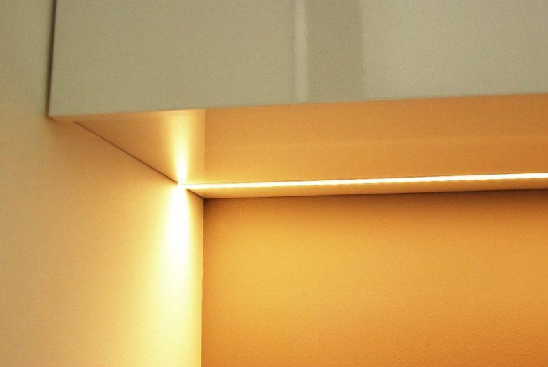 relaxplek, studiekamer, zwevend blad, bureau, tv-lift, led-verlichting, opbergruimte, strak, wit, eikenhout, fineer