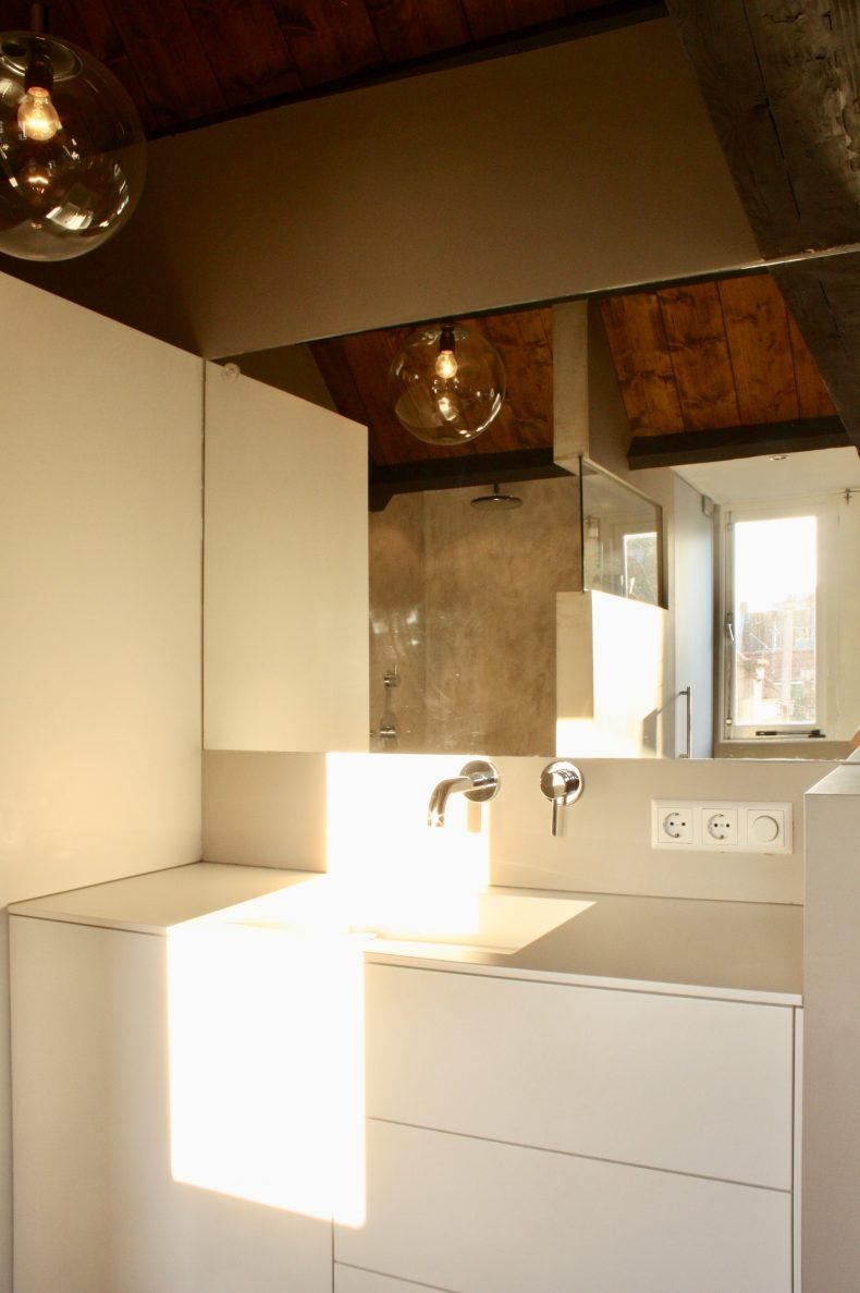 De spiegel breedte benadrukt de vormgeving van het meubel en de gegeven ruimte.