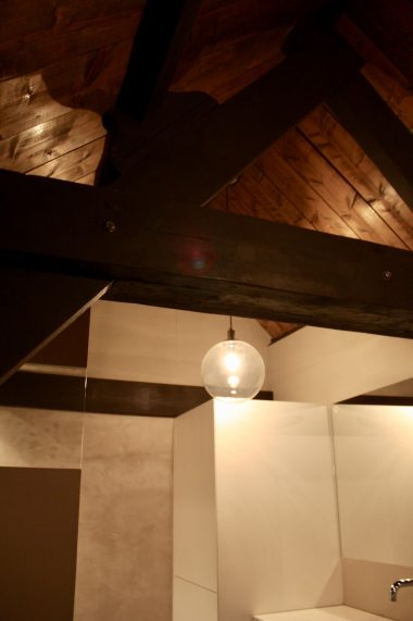 Een badkamer in een open ruimte/ loft is mogelijk! Goede afzuiging en/of voldoende ramen maakt de ruimte mogelijk en prachtig, zoals hier.